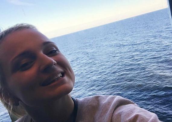 Ezzel a fotóval tudatta Yvette a rajongókkal, hogy most éppen a Balti-tengeren van. Az énekesnő nem nyaral az egzotikus helyen, hanem dolgozik: egy hajón énekel.
