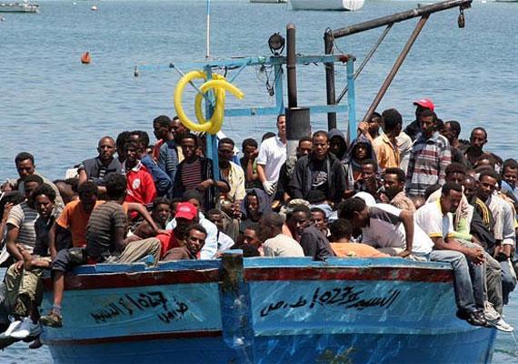 A 2000-es évek elején indult el az a máig tartó menekülthullám, mely ismertté tette a szigetet szerte a világon. Minden évben egyre több menekült érkezik ide. Tavaly már 60 ezernél is többen próbáltak meg Európába jutni a tengeren át.
