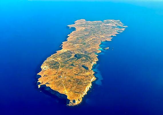 Festői sziget Lampedusa, ahol a helybéliek halászatból és a turizmusból élnek. A világ túlnyomó része viszont nem ezek miatt ismeri a nevét.