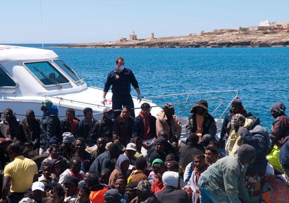 Zsúfolt ladikokban érkeznek a menekültek egy jobb élet reményében. Az Afrika háborúk és nyomor sújtotta vidékein élők számára sokszor ez jelenti az egyetlen reményt.