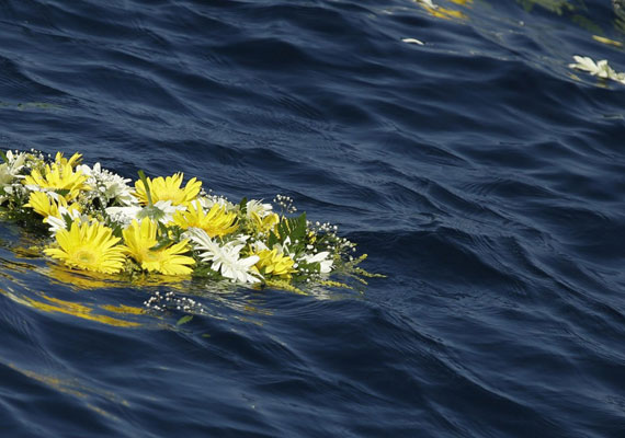 Ferenc pápa tavaly októberben ellátogatott a szigetre, és virágokkal emlékezett az elhunytakra. A menekültek ki vannak szolgáltatva az emberkereskedőknek, akik kis ladikokba zsúfolják őket. A túlterhelt hajók gyakran elsüllyednek, nem ritka, hogy háromszáz-ötszáz ember is odaveszik egyszerre. Csak idén már háromezer menekülő vesztette itt életét.
