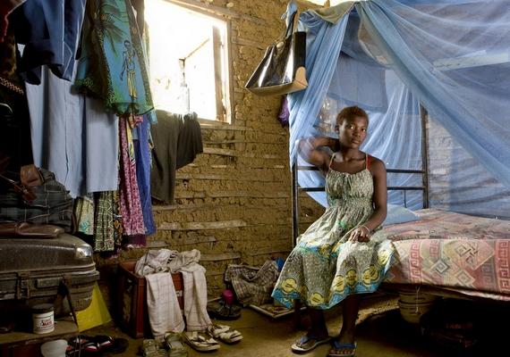 Nem mindenkinek adatik meg a kényelmesen berendezett szoba. A 19 éves, kameruni Edea abból hozta ki a legtöbbet, ami van.