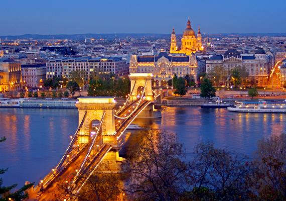 Budapest adóssága hatalmas a többi hazai nagyvároséhoz mérten. Februárban a kormány 105 milliárd forint adósságot vállalt át a fővárostól. Az önkormányzati finanszírozás átalakításával Budapest a 2011-es 470 milliárd forintos kiadás helyett idén már csak 314 milliárd forintot költhet. Ennek a jó 150 milliárd forintos kiesésnek is oka lehet, hogy ekkora adósságot halmozott fel a főváros.