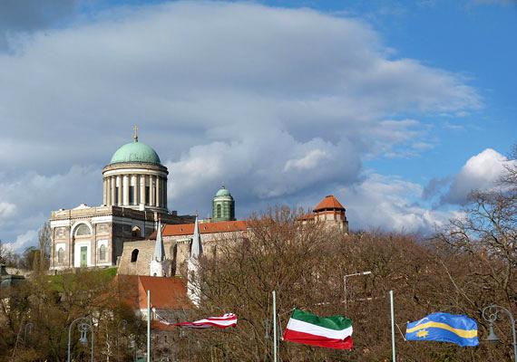 A sok problémával küzdő, a csőd szélén álló Esztergom a lista harmadik legeladósodottabb városa. A település 12,8 milliárd forintos adósságot adott át az államnak.