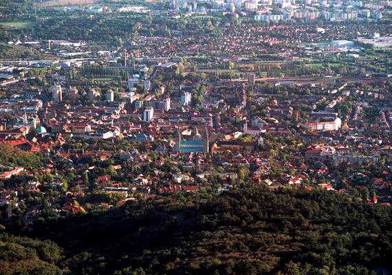 A vidéki városok adóssága lakosságszámra vetítve megegyezik Budapestével. Pécs 16,5 milliárdos adóssággal küzdött, amit az állam átvállalt a várostól. Ezzel vezeti a listát a vidéki városok tekintetében.