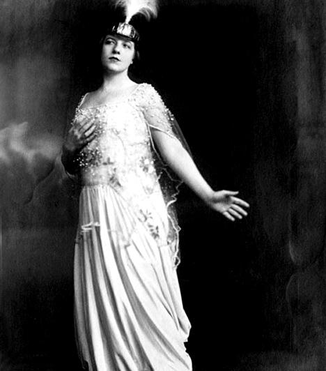 Fedák Sári (1879-1955)                         A szenvedélyes, temperamentumos fiatal színésznőt imádta a közönség, a hatalom azonban annál kevésbé: 1945-ben háborús bűnösként elfogták, majd nyolc hónapnyi börtönre ítélték. Férje Molnár Ferenc volt.