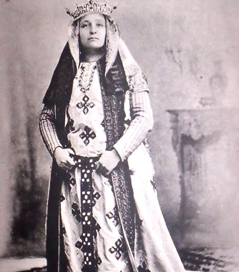 Jászai Mari (1850-1926)                         A népes családba született Krippel Máriát nemzeti színészetünk egének legfényesebb csillagaként jellemezték a maga korában. Máig az egyik legnagyobb színészóriásnak számít, egyik leghíresebb szerepe Szophoklész Antigonéja volt.