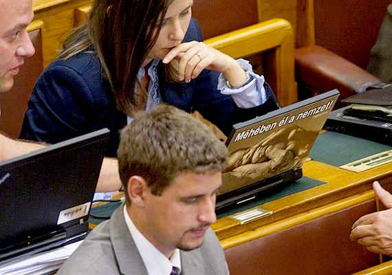 A jobbikos Dúró Dóra a legfiatalabb a parlamentben, 1987-ben született.