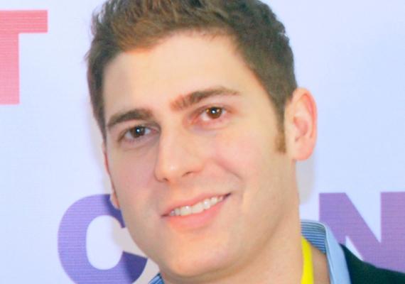 A szintén 30 éves Eduardo Saverin a Facebook egyik alapítója, akinek vagyona jelenleg 2,2 milliárd dollár. A brazil állampolgárságú férfinak 5 százalékos részesedése van a közösségi oldal után. Jelenleg Szingapúrban indítja el a vállalkozását.