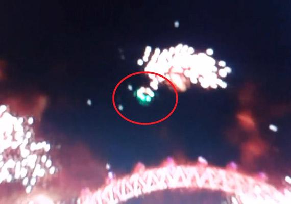 Az első észlelés éppen szilveszter éjszakáján, Londonban történt. A BBC által rögzített kisfilmen is kivehető az a zöldes árnyalatú, furcsa repülő tárgy, mely a tűzijáték fölött köröz. A kisfilm akár a tavalyelőtti év utolsó, a a tavalyi év első UFO-észlelésének címét is birtokolhatná - a tudósítások zöme így is adott jelentést az esetről. A YouTube-kommentelők szerint viszont ez a kísérteties zöld csészealj valójában egy drón, amivel a tűzijáték különleges fényeit rögzítették. A videót itt nézheted meg.