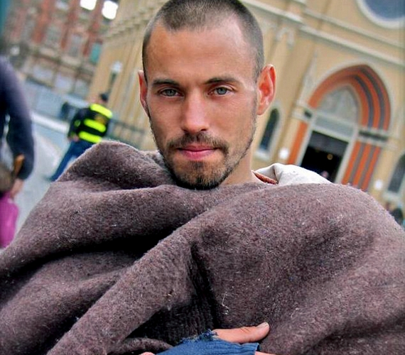 Egy turista szúrta ki az utcán a képen látható hajléktalan férfit Brazíliában, 2012-ben, és feltöltötte róla a fotót a Facebookra. Időközben kiderült, hogy a jóképű pasi neve Rafael Nunes, és egykor modellkedett, még mielőtt a dolgok rosszra fordultak az életében.