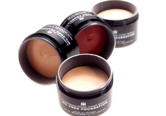 Kriszta: Az Il Makiage Studio Cream Make Up Alapozóta bőrhibákra használom, ez olajmentes és jól fed. Elég sűrű, ezért kicsit maszkos a hatása, de hidratáló krémmel lehet hígítani, és akkor jó.
