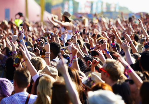 Egyre több diák dolgozik a nyári zenei fesztiválokon, mert még a munka mellett is egy nagy buli az egész. Van, ahol önkénteskedés fejében ingyen látogathatod a programokat, de olyan helyet is találni, ahol rendes fizetésért dolgozhatsz.