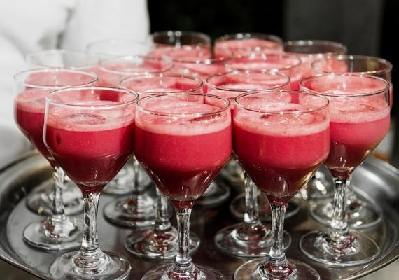 Jelentkezhetsz hostessnek is, ahol változatos munkakörökből válogathatsz. Ha nagykorú vagy, szórakozóhelyeken vállalhatsz italnépszerűsítést, kiskorúként pedig akár állófogadásokon, rendezvényeken is besegíthetsz.