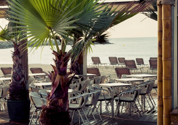 Az üdülőközpontokban és nyaralóövezetekben is érdemes körülnézni, mert számos munkalehetőséggel találkozhatsz, sok helyen étkezést és szállást is biztosítanak, így egy füst alatt a még a nyaralás is le van tudva.