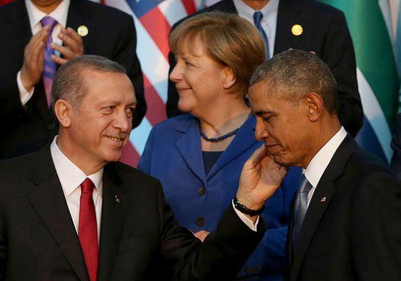 Recep Tayyip Erdogan török elnök - aki nem tekinthető éppen a demokrácia legfőbb tisztelőjének - olyan atyaian simogatja meg Barack Obama arcát, mintha az Egyesült Államok demokrata elnöke egy csínytevő gyerek lenne, aki éppen elnézést kér.
