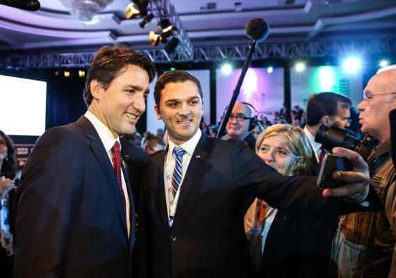 Mehmet Yavuz, a tanácskozásnak otthont adó Antalya kormányzója készít egy szelfitJustin Trudeau-val, Kanada miniszterelnökével. A képet valószínűleg nem valamelyik közösségi oldalra szánta, mert Törökország az egyike az internetet legszigorúbban ellenőrző hatalmaknak.