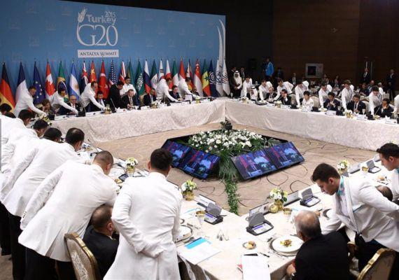 A közös vacsora ugyanolyan fontos része a tanácskozásnak, mint az ISIS elleni megfelelő haditerv kidolgozása. Hogy mi volt a menü, azt sajnos nem látni a képen, de azt igen, hogy nincsenek előjogok: mindenki elé ugyanabban a pillanatban kerül az étel.