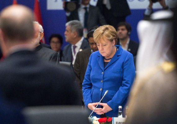 A G20 ülése előtt egyperces néma csenddel emlékeztek a párizsi merénylet áldozataira és a 102 ember életét követelő október 10-i ankarai támadás halottaira. Angela Merkel a gyászszünet közben.