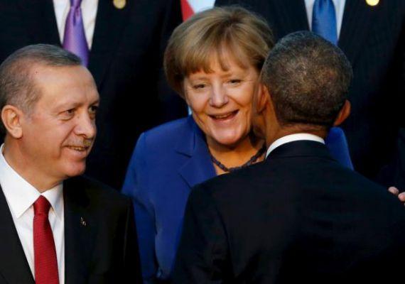 Orbán Viktor csak kezet csókolni szokott a német kancellárnak, Angela Merkel Barack Obamától azt sem veszi zokon, ha az amerikai elnök puszival köszönti. Mellettük a török elnök, Erdogan figyeli a jelenetet.