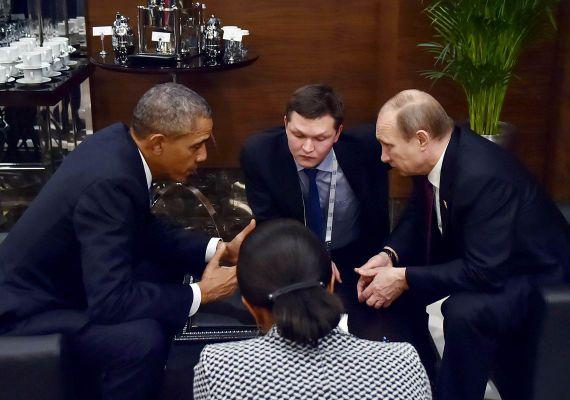 Ritkán látható pillanat: Barack Obama amerikai és Vlagyimir Putyin orosz elnök egy asztalnál, még a találkozó előtt. A világ két, talán legnagyobb hatalmú vezetője feszült arccal egyeztet a szíriai helyzet megoldási lehetőségeiről.