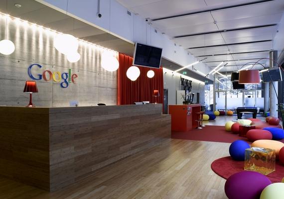 A Google híres arról, hogy a dolgozók luxuskörülmények között tölthetik a munkaidőt. Íme, egy szerény kis recepció.