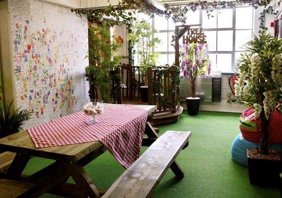 A londoniMind Candy nevű játékcég olyan enteriőrt teremtett a dolgozóknak, mintha egy vidéki ház játszószobájában lennének.