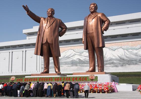 A világ második legkorruptabb országa Észak-Korea. A képen Kim Ir Szen és Kim Dzsong Il szobrai állnak. Az országot a Kim-dinasztia irányítja.