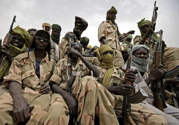 A képen az Igazság és Egyenlőség Mozgalom harcosai láthatóak Szudánban. Az első demokratikus szavazást három évvel ezelőtt tartották a világ negyedik legkorruptabb országában.