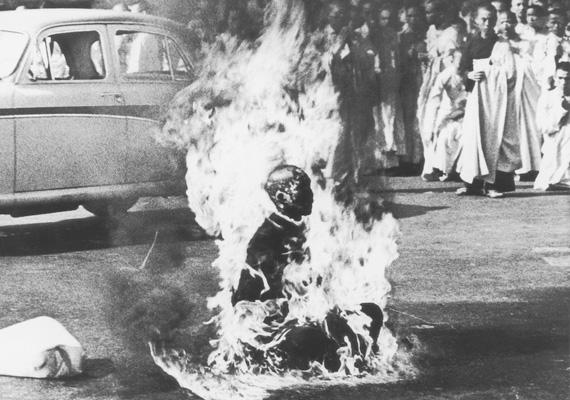 Az 1963-ban Dél-Vietnamban készült fotó Malcolm W. Browne érdeme. A képen egy buddhista szerzetes felgyújtotta magát, kifejezve tiltakozását a buddhistákat üldöző kormány ellen.