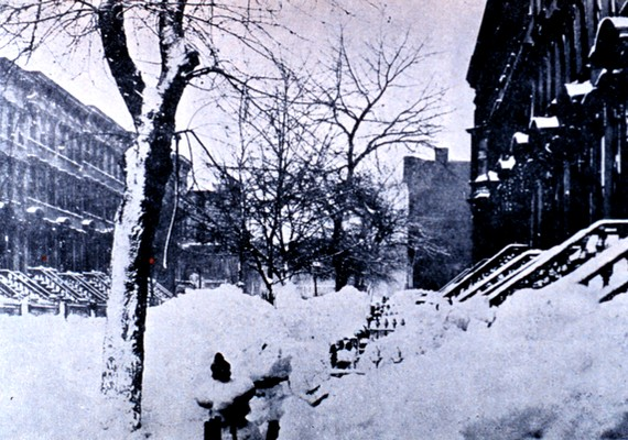 Az Egyesült Államokban 1888-ban, egy melegnek induló januári napon a hideg sarkvidéki és a nedves déli levegő találkozásából iszonyatos hóvihar keletkezett.230-an haltak meg, közülük sokan gyerekek voltak. A vihar az iskolás gyerekek hóvihara nevet kapta.