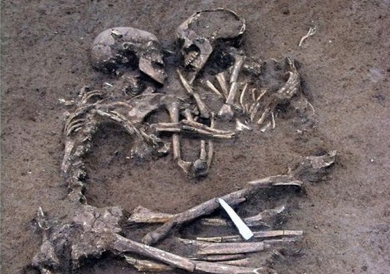 Biztos, hogy ennél romantikusabb régészeti lelettel még nem találkoztál. Az ölelkező párt Olaszországban találták meg, valószínűleg fiatalon hunytak el.