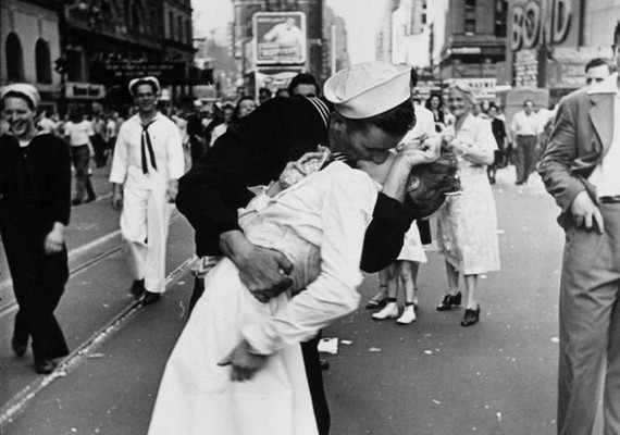A Time Square-en készült a fotó, melyen a matróz szenvedélyesen csókol egy meglepődött nővért a második világháború végét ünneplő tömegben.