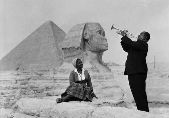 Louis Armstrong a gízai piramisok előtt játszott feleségének 1961-ben.