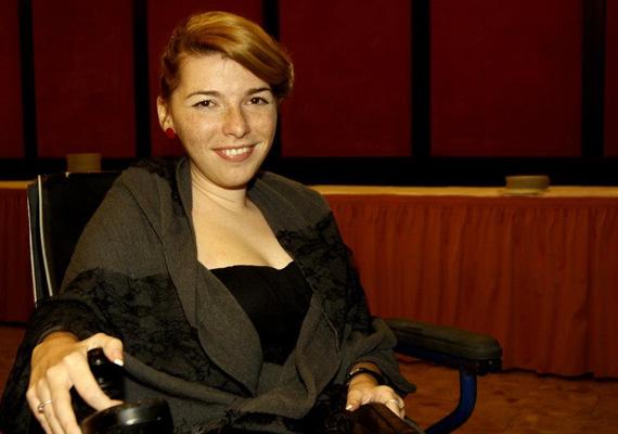 A Mosolyka blog írójának, Hozleiter Fannynak először 18 évet jósoltak. A most 25 éves lánynak novemberben jelent meg első, Te döntesz című könyve, ami két hónap alatt két kiadást ért meg, és tízezer példány fogyott belőle. A lány hat éve kezdte a blogolást, mert őssejtkezelésre gyűjtött. Végül egy tévéműsornak köszönhetően két magánszemély felajánlotta a pénzt. Fanny tele van élettel, és biztos benne, hogy fog még az asztal tetején táncolni.