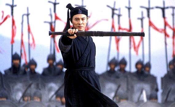 A 2002-es Hős című film Kína történetének egyik legvéresebb korszakát eleveníti fel. A film középpontjában Névtelen, a magányos farkas és Csin király áll.