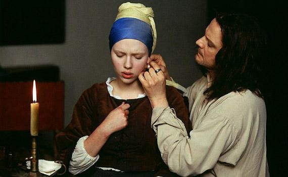 Colin Firth és Scarlett Johansson játsszák a 2003-mas Leány gyöngy fülbevalóval főszerepeit. A dráma Johannes Vermeer festő életét tárja a nézők elé.