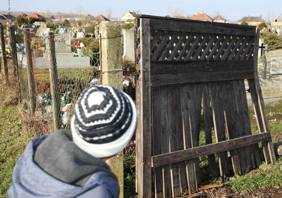 Vásárlóerő tekintetében Tiszabő az ország legszegényebb települése. A helyi munkanélküliség 40% fölötti. A községben csak a mezőgazdasági nyújt némi munkalehetőséget, emiatt aztán az elmúlt években rendre a bűnesetek miatt került be a hírekbe. 2010-ben például az egész temetőt feldúlták, minden mozdítható és eladható dolgot elvittek.