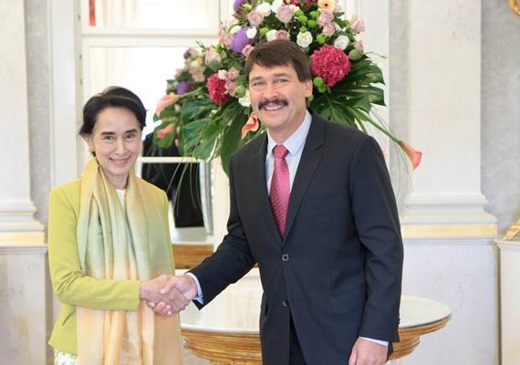 Az államfőről köztudott, hogy nem sokat mosolyog, de amikor mégis, akkor egészen megváltozik. A képen éppen a Nobel-békedíjas mianmari ellenzéki politikust, Aung Szan Szu Csit fogadja a Sándor-palotában.