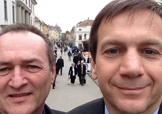 Bajnai Gordon selfie-je kicsit ijesztőre sikerült, de azért általánosságban profin mosolyog az Együtt-PM vezetője. A kép Egerben készült, Szalóczi Gézával.
