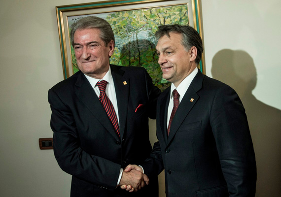 A miniszterelnök, az albán kormányfővel, Sali Berishával fog kezet éppen széles mosoly kíséretében.