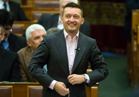 A Belváros polgármestere, Rogán Antal is könnyen bizonyítja a begyakorolt mosolyt.
