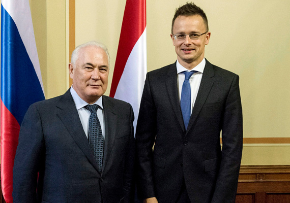 Szijjártó Péter, a Tatár Köztársaság miniszterelnök-helyettese, Ravil Muratov mellett feszít boldogan.