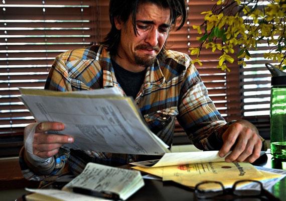 """Scott katonai papírjait rendezi, miután """"erőszakos"""" múltja miatt nem engedték beköltözni egy bérházba."""