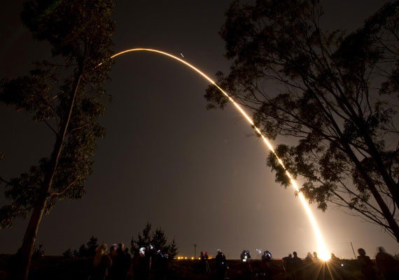 Fénycsóva a hajnali égen 2011. október 28-án, a Delta II. rakéta kilövésekor.