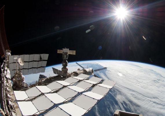 A ragyogó Nap fénye a Nemzetközi Űrállomáson, 2011 májusában.