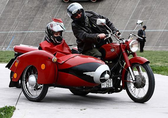 Kerékpárok, motorok és autók találkoznak a több mint 100 éves Velodrom Millenáris betonján 2011. szeptember 17-én.