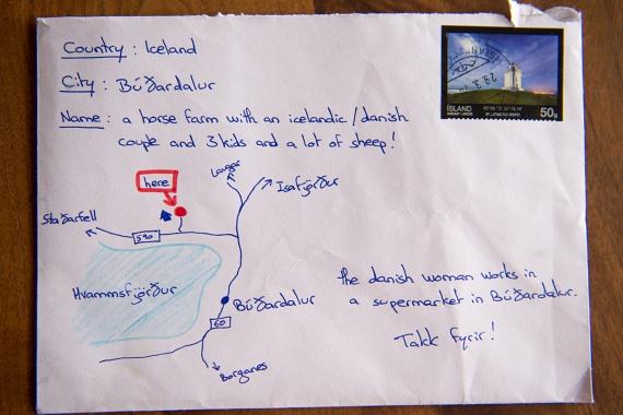 """""""Ország: Izland. Város: Búðardalur. Név: egy lovasfarmon élő izlandi/dán pár három gyerekkel és sok báránnyal."""" Ez olvasható a boríték címzésén, ahol még egy plusz információt is feltüntetett a feladó: """"A dán nő a búðardaluri szupermarketben dolgozik."""""""