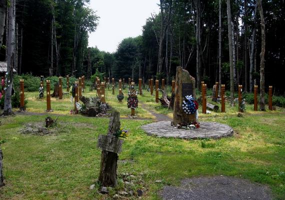 A balesetben elhunyt nyolcfős személyzet és 35 utas emlékére 2007-ben 42 kopjafát avattak a tragédia helyszínén. A megemlékezésen részt vett az egyetlen túlélő, Martin Farkaš is.