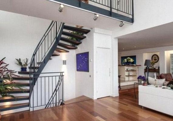 A lakáshoz egy emeleti rész is tartozik.
